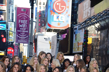 Heidi Klum Doutzen Kroes VS Supermodels in Times Square