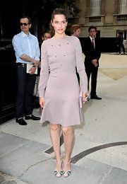 Amanda Peet gave her long-sleeved dress a retro finish with a pair of ivory and blue cap-toe pumps.