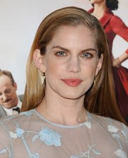 Anna Chlumsky went for simple styling with this straight side-parted 'do during the 'Veep' season 3 premiere.
