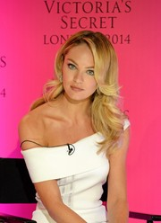 Candice Swanepoel was fabulously coiffed with this gorgeous feathered flip during the Victoria's Secret photocall.