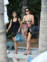 Aida Yespica showed off her sexy body and her black crocodile Birkin at a beach in Miami.