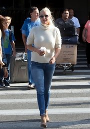 Yolanda Foster kept her travel look comfy with a pair of skinny jeans.