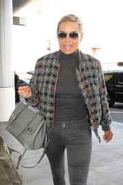 Yolanda Foster kept it classic with Ray-Ban aviators while catching a flight.