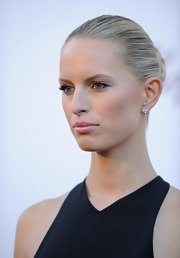 Karolina Kurkova chose a soft and pretty lipstick in a fleshy pink hue for her look at the amFAR Gala.