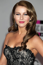 Julianne Hough showed off retro waves at the American Music Awards. Her look was off set with rosy pink lips.