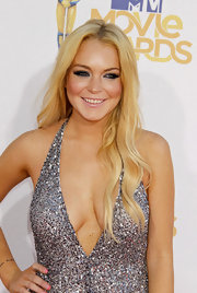 Linday Lohan showed off her long newly blonde again locks while hitting the red carpet at the MTV Movie Awards.
