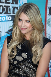Ashley showed off her long curls while walking the red carpet at the Teen Choice Awards.