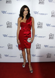 Teri Hatcher looked breath taking in her red one-shouldered satin dress. Her red lips, brunette tresses and grey box clutch finished the look off perfectly.