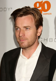 Ewan wore a longer, piecey, hairstyle with a semi-casual black suit.