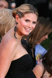 Heidi looked gorgeous at the Emmy Awards in this beaded strapless gown. She exuded a motherly glow and her dangling earrings finished her look off perfectly.