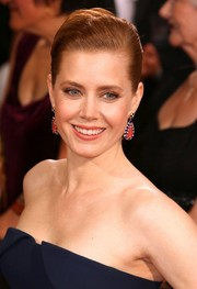 Amy Adams accessorized at the 2014 Oscars with perfectly matched dangling earrings.