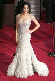 For the 2014 Academy Awards, Jenna Dewan-Tatum chose a white A-line gown with beaded bodice that flowed into a feathery skirt.