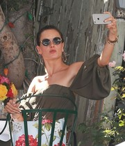 Alessandra Ambrosio put on a pair of round sunglasses for her selfie.