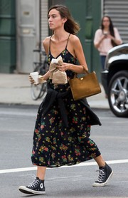 Alexa Chung finished off her getup with a simple tan suede tote.