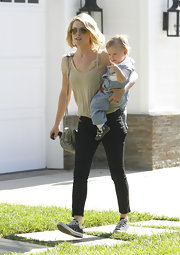 Ali Larter kept her street style comfortable and low-key in black skinny jeans and Converse sneakers.