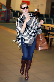 Amy Adams bundled up at the Vancouver airport in a stylish black and gray plaid scarf.