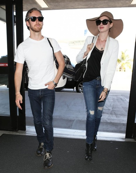 More Pics of Anne Hathaway Ripped Jeans (4 of 10) - Anne Hathaway Lookbook - StyleBistro