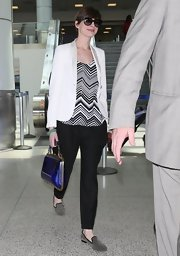 Anne Hathaway chose a black-and-white chevron blouse for a chic and sophisticated travel look.
