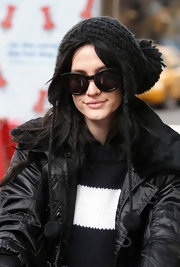 Ashlee simpson keeps warm in her stylish yet wheather efficient beanie, while doing some shopping in chilly NYC.