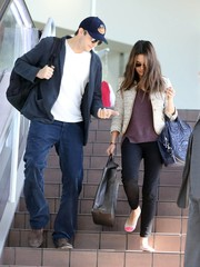 Mila Kunis completed her outfit with black skinny jeans by Siwy.