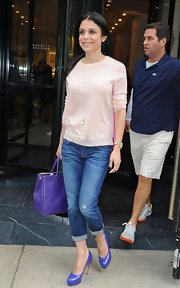 A pair of jean capri pants kept Bethenny's daytime look simple and relaxed.