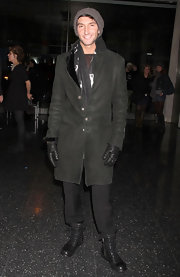 Evan Lysacek bunded up in NYC in a pair of casual black ankle boots. The shoes matched his leather gloves, and complemented an olive colored jacket.