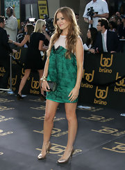 The actress looked gorgeous in an emerald green mini dress and a pair of metallic gold snakeskin pumps.