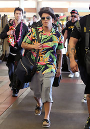 Bruno carried a nylon tote bag while arriving at the Maui airport.