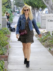 Busy Philipps finished off her ensemble with a printed purple shoulder bag.