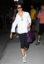 Camila Alves completed her casual look with white high-top sneakers by Nike.
