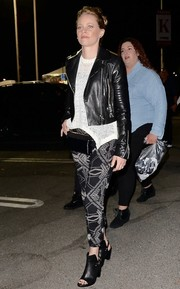 Elizabeth Banks headed to Rihanna's concert wearing a black leather biker jacket over a white knit top.