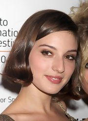 Maria Valverde exuded a girly vibe with her flip hairstyle.