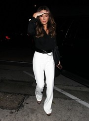 Kate Beckinsale completed her casual-smart look with a pair of white slacks.