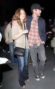 Amy Adams carried a simple black leather cross body bag to the Lakers game.