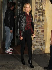 Amber Valletta paired her sexy jeans with a red and black star-print shirt.