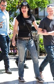 To keep her look casual on the set of 'Extra,' Pauley chose a pair of light-wash classic jeans.