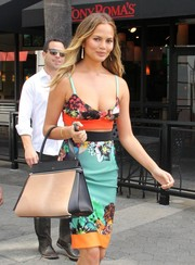 Chrissy Teigen teamed her sexy outfit with an elegant two-tone leather tote.