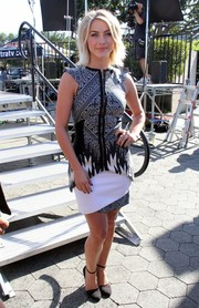 Julianne Hough appeared on 'Extra' looking oh-so-chic in a black-and-white Bibhu Mohapatra print dress.