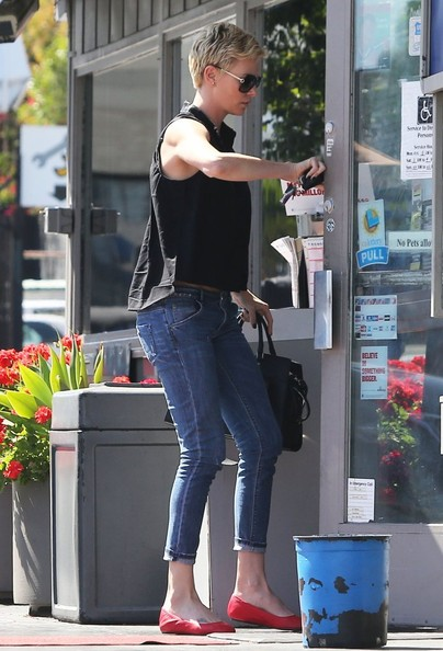 More Pics of Charlize Theron Capri Jeans (1 of 9) - Charlize Theron Lookbook - StyleBistro