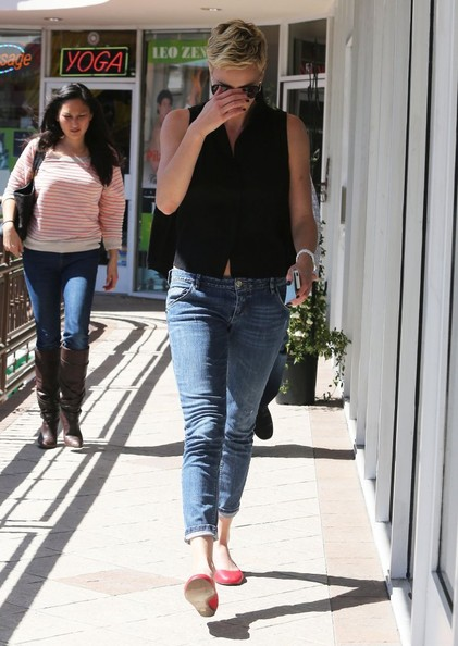 More Pics of Charlize Theron Capri Jeans (4 of 9) - Charlize Theron Lookbook - StyleBistro