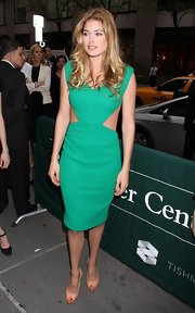 The model looked stunning in a cutout green dress and long, loose-flowing curls.
