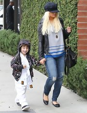 Christina was the epitome of California casual in these ripped-knee skinnies.