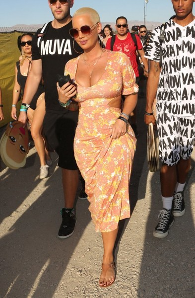 Amber Rose teamed her dress with simple nude thong sandals by ALDO.