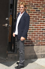 Denis Leary paired classic gray jeans and a navy jacket for a knockout neutral look.