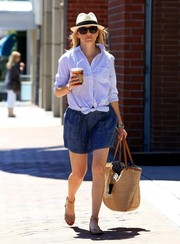 Elizabeth Banks completed her cute outfit with a denim mini skirt.