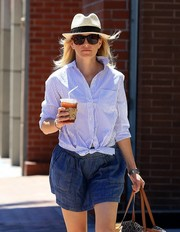 Elizabeth Banks topped off her hot-weather ensemble with a straw hat.