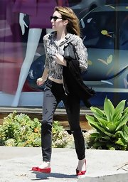 Emma Roberts stuck to a fashion staple when she wore these black skinny jeans.