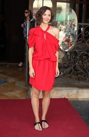 Maggie looked radiant in red donning a draped, asymmetrical S/S 2010 dress with patent sandals.