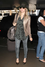 The rugged pattern on Fergie's skinny jeans gave her jet-setting ensemble an instant splash of chic.
