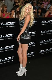 Heidi showed off her toned legs in a pair of black shorts and grey snakeskin ankle boots.